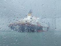一艘船的被弄脏的图象在雨中
