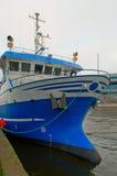 一艘蓝色船在船坞,垂直 库存照片