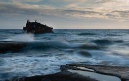 一艘被放弃的船的海难在岩石岸的 免版税库存图片
