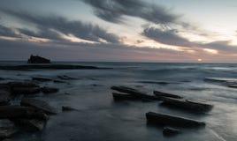 一艘被放弃的船的海难在岩石岸的 库存照片