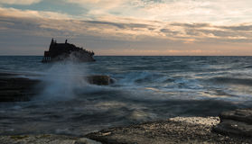 一艘被放弃的船的海难在岩石岸的 免版税库存照片