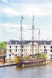 一艘被重建的Indiaman船的看法和海博物馆在阿姆斯特丹怀有 免版税库存照片