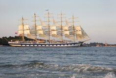 一艘装备完整的船是有三个或多个帆柱的一艘帆船 库存照片