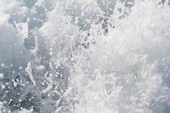 一艘轮渡船的波浪在开放海洋的 免版税库存图片