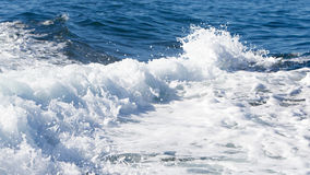 一艘轮渡船的波浪在开放海洋的 免版税库存照片