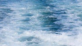一艘轮渡船的波浪在开放海洋的 免版税图库摄影