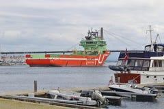 一艘运转的船在斯塔万格,挪威 免版税库存图片