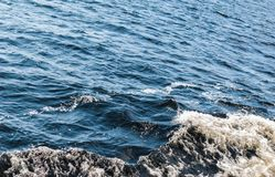 一艘通过的船形成的海波浪 免版税库存图片