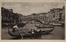 一艘长平底船在一张老明信片的威尼斯 库存图片