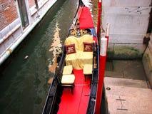 一艘长平底船的位子有圣马克狮子的标志的  库存照片
