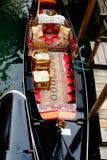 一艘长平底船的内部在威尼斯,意大利 免版税库存照片