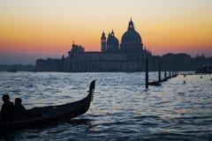 一艘长平底船的剪影由威尼斯海岸线的 免版税库存图片