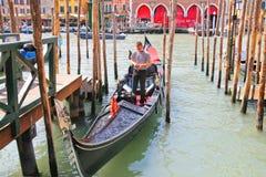 一艘长平底船的平底船的船夫在大运河在威尼斯,意大利 库存照片