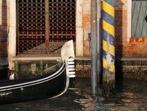 一艘长平底船的弓在盛大Canale的在威尼斯意大利 图库摄影