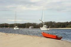 一艘靠岸的红色充气救生艇 库存照片