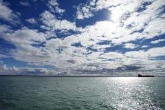 一艘驳船的剪影在水的 免版税库存图片