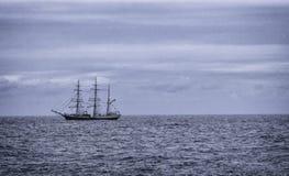 一艘高船在离哈瓦那的附近海岸  库存图片