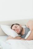 一英俊人休眠的纵向 免版税库存图片