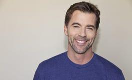 一英俊人微笑的特写镜头 免版税库存图片