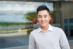 一英俊的确信的亚裔人外部buidling的画象 免版税库存图片