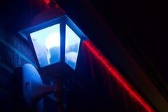 一蓝色和一红灯在晚上 库存图片