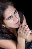 一西班牙妇女祈祷的剧烈的画象 免版税库存照片