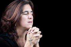 一西班牙妇女祈祷的画象 免版税库存照片