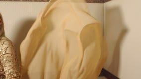 一豪华白肤金发摆在有一种大振翼的金黄织品的演播室 股票视频