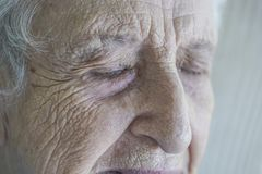 一资深人哭泣的特写镜头面孔 免版税库存图片