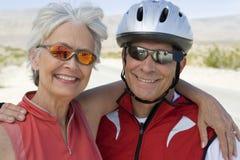 一资深夫妇微笑的画象 免版税库存照片