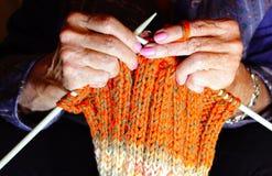 一资深妇女编织的手 免版税库存照片