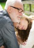 一起一个爱恋的父亲和美丽的女儿的画象 图库摄影