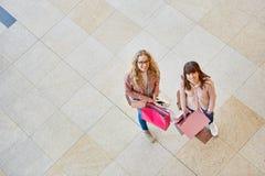 一起两个少妇,当购物时 图库摄影