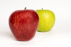 一起两个苹果被隔绝的红色和绿色 免版税库存照片