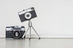 一起两台葡萄酒照相机 大和一点概念 库存照片