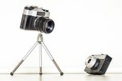一起两台葡萄酒照相机 大和一点概念 图库摄影