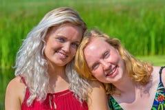 一起两年轻女人画象本质上 免版税库存照片