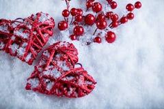 一起两美丽的浪漫葡萄酒红色心脏在白色雪冬天背景 爱和圣情人节概念 图库摄影