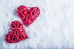 一起两美丽的浪漫葡萄酒红色心脏在白色雪背景 爱和圣情人节概念 图库摄影