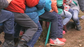 一起乘坐在摇摆的小儿童男孩 股票录像