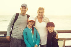 一起享受一个假期的美丽的年轻家庭 库存照片