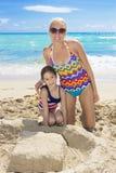 一起享受一个海滩假期的家庭 免版税库存图片
