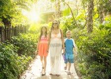 一起享受一个热带假期的愉快的家庭 库存照片