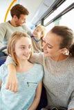 一起享受公共汽车旅途的家庭 免版税库存照片