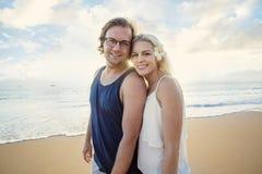 一起享受异乎寻常的海岛蜜月的愉快的夫妇 图库摄影