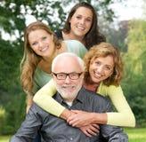 一起享受时间的一个愉快的家庭的画象户外 免版税库存照片