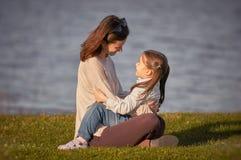 一起享受时间的母亲和小女孩室外 免版税库存图片