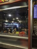 一起享受晚餐的年轻亚裔人民 库存图片