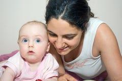 一起享受母亲时间的婴孩 免版税图库摄影