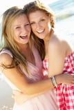 一起享受海滩节假日的二个十几岁的女孩 免版税库存图片